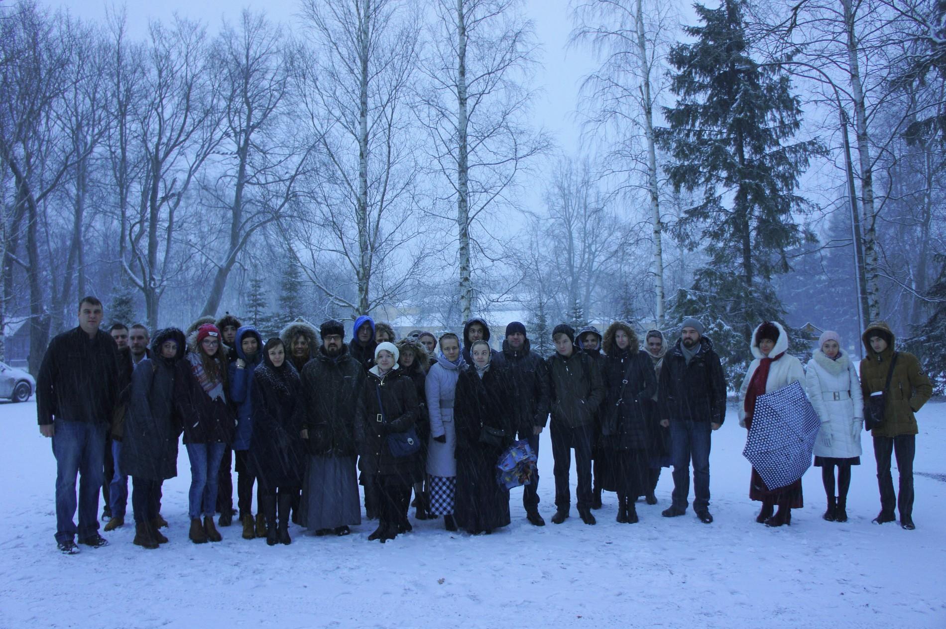 Паломники сразу по приезде в Троице-Сергиеву пустынь.
